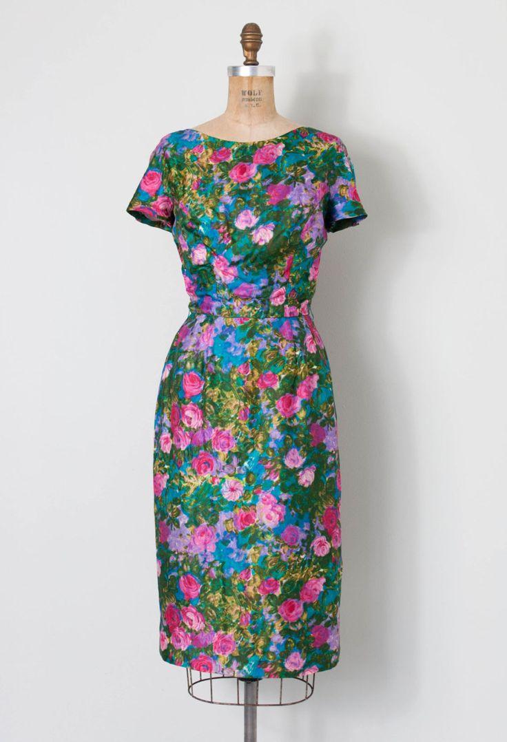 Vintage jaren 1950 jurk. prachtig abstract aquarel bloemenprint op zachte zijde. Scoop nek aan de voorzijde daalt tot een lage vierkante decollete in de rug. korte mouwen, klassieke wiggle silhouet lingerie bewakers en gevoerd met blauwe acetaat.  L EEN B E L Bullock de Wilshire | Wynshire  M E EEN S U R E M E N T S Bust 32 taille 25 heupen 38 lengte 42  best past een extra-Small.       |      |     |     |     |  zorg ervoor dat meten  |     |     |     |      C O N D I T IK O N Uitstekend…