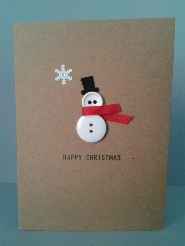 Weihnachtskarte mit einem Schneemann aus Knöpfen in Weiß