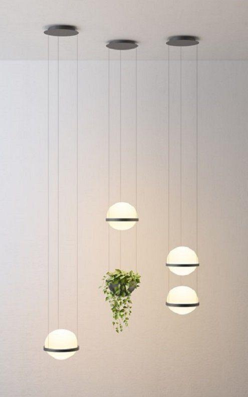 Diseñada por Antoni Arola, Palma es una colección basada en la composición de medias esferas de vidrio soplado, una más grande que la otra, que unidas mediante un aro de aluminio forman una esfera un tanto oval.
