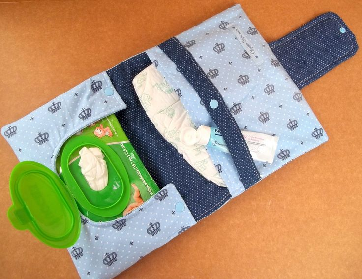 Porta Pañal (caben 3),  toallitas húmedas para higiene íntima y cremita