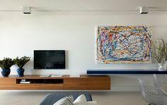 Em ambientes pequenos, reserve a parte de cima das paredes para objetos delicados. Evite poluir a parte de cima das paredes commuitos enfeites oumóveis com grandessuperfícies lisas (por exemplo, estantes altas ouarmários profundos). Essas peçasparecem pesadas e tornam o apartamento mais apertado. Troque-os por peças delicadas, como quadros efotos ampliadas. Ou deixe o espaço vazio.
