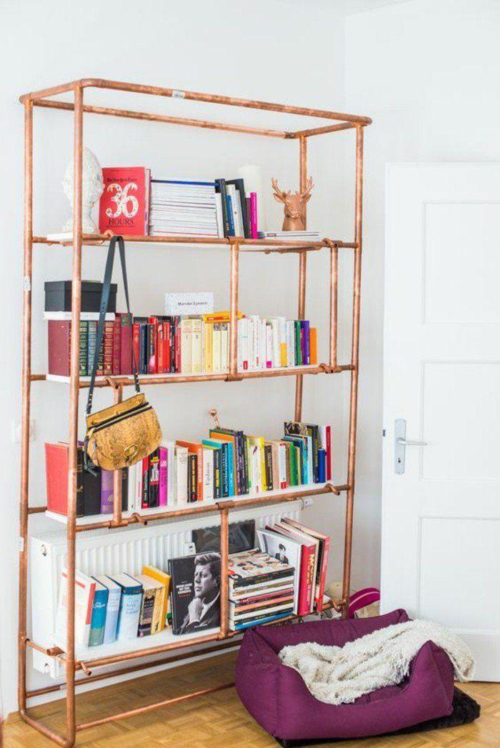 une bibliothèque de salon, jolie combinaison de intérieur blanc et et tube cuivre