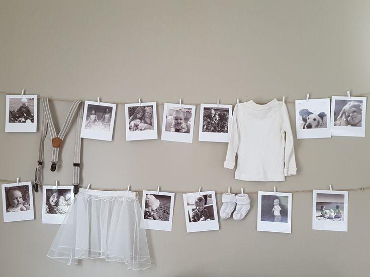 Vintage-foton på barnen fick pryda en vägg i lekrummet tillsammans med babykläder.
