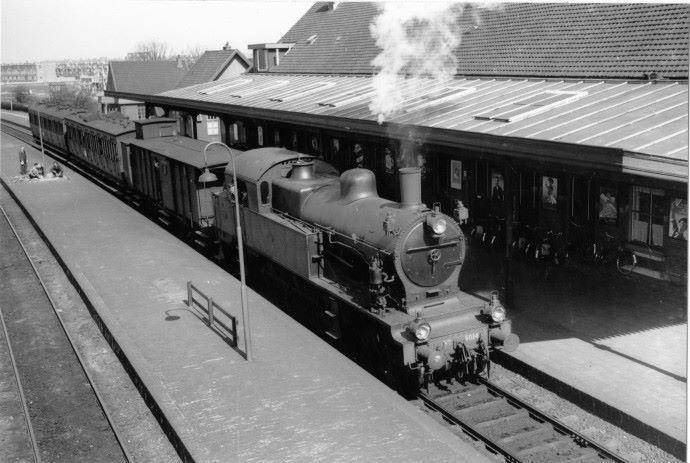 Het Noorderstation met een vertrekkende stoomlocomotief 1953 - Foto's SERC