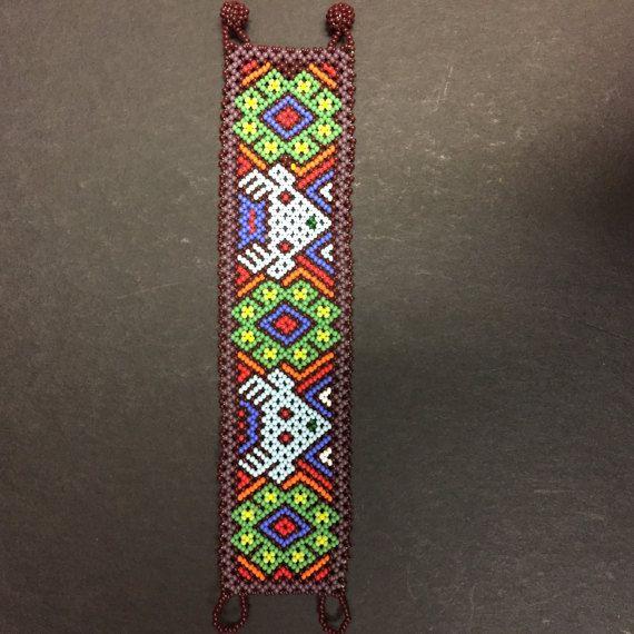 Abalorios pulsera de Huichol con intrincados ciervos y peyote