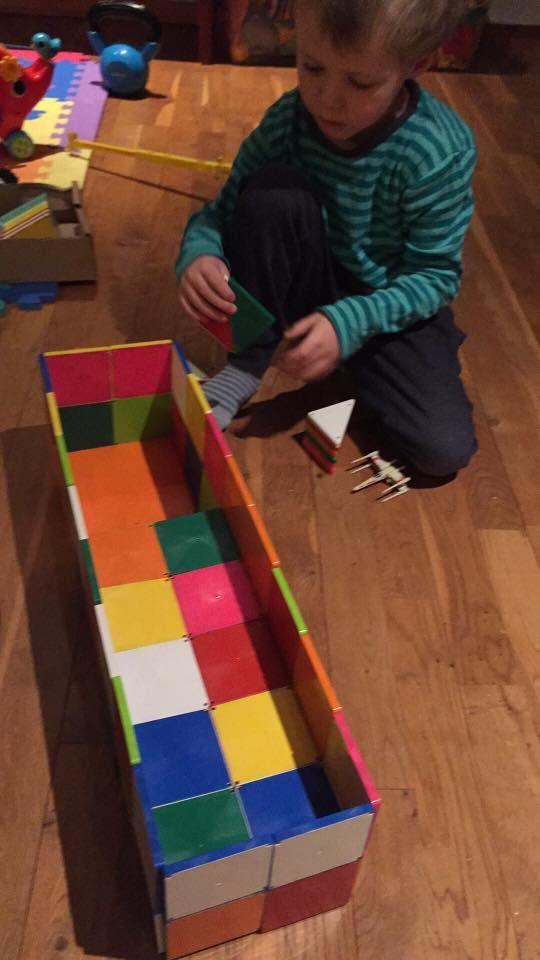 Her hygges og bygges med de farvede Magna-Tiles. Billede indsendt af Henriette. #Legebyen #LegebyenDK #MagnaTiles