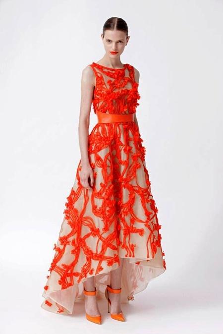 É, na verdade, um vestido de festa, mas as minhas leitoras já estão habituadas a que eu altere as regras do jogo para encontrar vestidos de noiva à altura dos seus sonhos. By Monique Lhuillier Resort 2012.