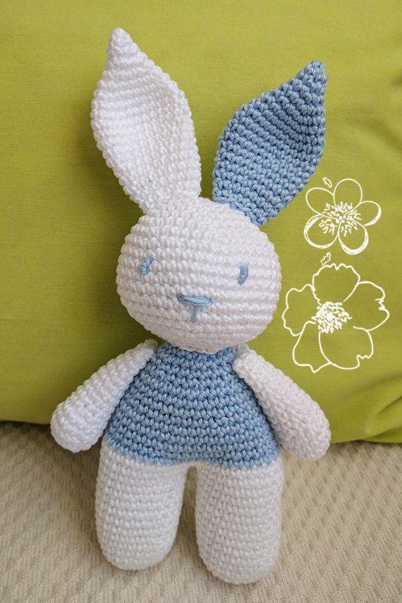 Le Nico de lapin est un peluche blanc et bleu clair pour les bébés. Un cadeau original et précieux pour les nouveau-nés. Fabriqué avec du coton 100 % et totalement sûr pour les enfants. Il mesure 21 cm Il peut être commandé dans d'autres couleurs. Contactez-moi pour savoir le nuancier