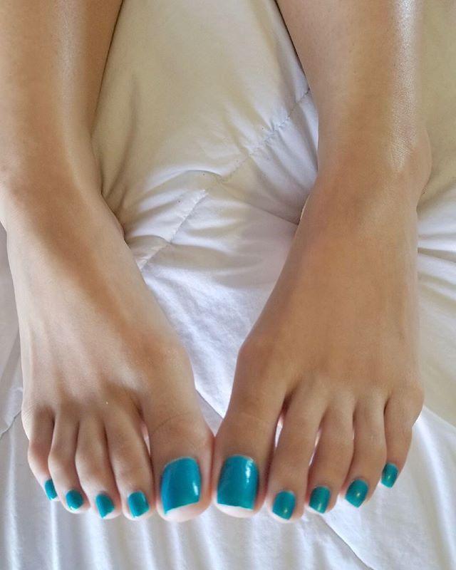 Фото покраски ногтей пальцев ног обычным лаком