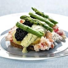 Ida Davidsen smørrebrød med krabbekød, sort kaviar, grøne asparges og dildmayonnaise.