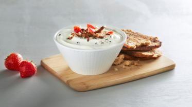 Oppskrift på Vaniljeyoghurt med ristet rugbrød, jordbær og pepper