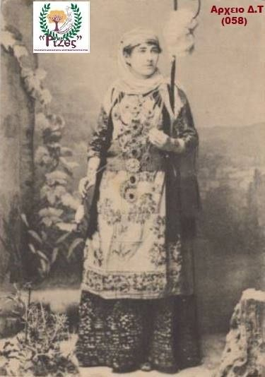 (1903) ΧΑΛΑΝΔΡΙ - Γυναίκα κάτοικος Χαλανδρίου  [ ΣΠΑΝΙΑ Cart Postal ] !!!  * Γυναίκα κάτοικος Χαλανδρίου με παραδοσιακή φορεσιά,οι ποδόγυροι στην φορεσιά της αττικής ήταν αριστοτεχνήματα υφαντικής εκείνη την εποχή  ** Αρχείο Δημήτρης Τσακιλτζής (Νο 058) Ερευνα : ΡΙΖΕΣ Μικρασιατών Χαλανδρίου (Τμήμα Διάδοσης & Διάσωσης Μικρασιατικού Πολιτισμού)
