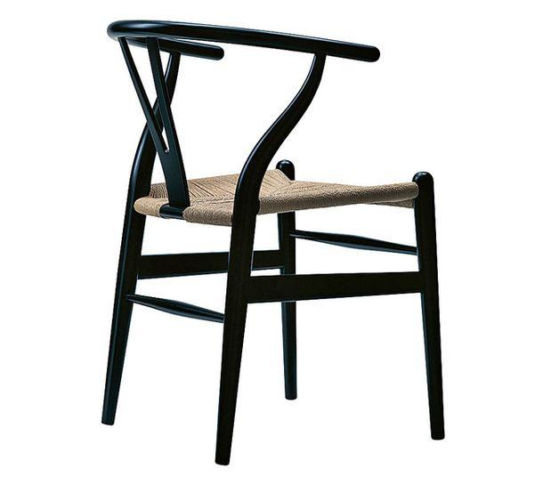 Стул CH 24  Этот стул чаще называют Wishbone – двойная косточка из куриной грудки, разламывая которую загадывают желание. Стул придумал датский дизайнер Ханс Вегнер. Выпускает его фабрика Carl Hansen & Søn, в арсенале которой еще двадцать шесть творений дизайнера.