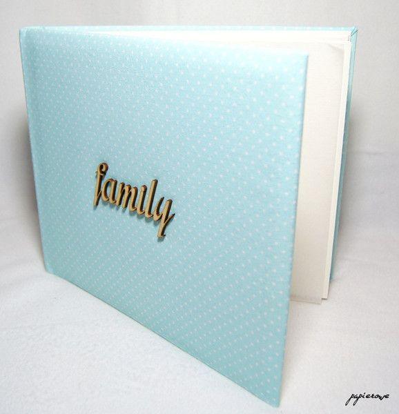 Album do wklejania zdjęć.  Album posiada 40 kremowych stron (20 kart) o wymiarach 29x24 cm. Album oprawiony miętową tkaniną w białe kropki ozdobiony jest drewnianym napisem 'family'.  Album...