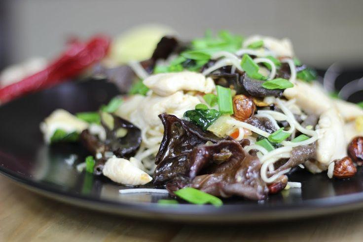 Jak przygotować kurczaka z Makaronem Chow Mein ? Przepis Video na bardzo prostą w przygotowaniu, a zarazem smaczną chińską potrawę. Kurczak z makaronem z pewnością zaspokoi wymagających gości :)