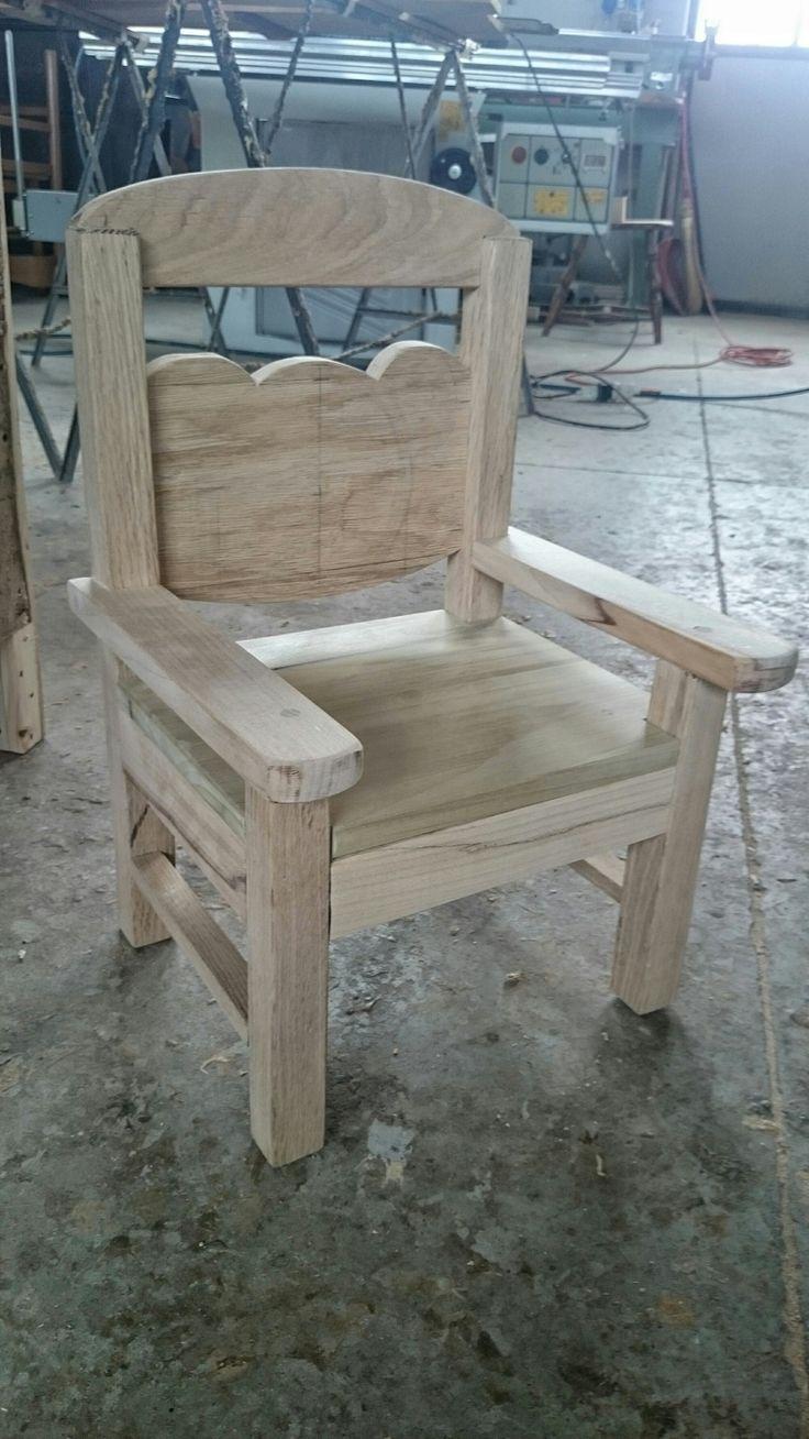 I bimbi sono il nostro futuro… Trattiamoli bene! Sedia in legno grezzo, al naturale, per bambini. Manufatto artigianale piccolo di GRANDI soddisfazioni!