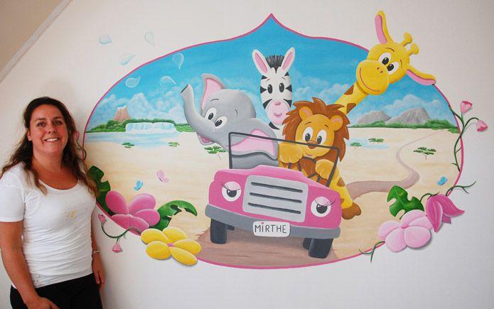 Muurschildering voor in de kinderkamer van een meisje: roze jeep met vrolijke safari dieren. Gemaakt door BIM Muurschildering.  mural painting safari jeep elephant, giraf, lion