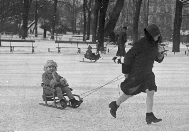 Jest jednak taka grupa, która właściwie zawsze cieszy się z zimy. To oczywiście dzieci. Tu uwieczniono je na zdjęciu w Ogrodzie Saskim w Warszawie.