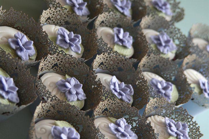 Come Organizzare un Buffet di Dolci. Decorazioni fai da te per un party in casa. Ghirlande, pon-pon e palloncini. Cupcake con decorazioni floreali. Porcellane e accessori per la tavola in porcellana. Con le ricette di Toni Brancatisano @letorteditoni Scoprite di più sul Magazine di Dalani: https://www.dalani.it/magazine/food-travel/australia-cupcakes-tv/