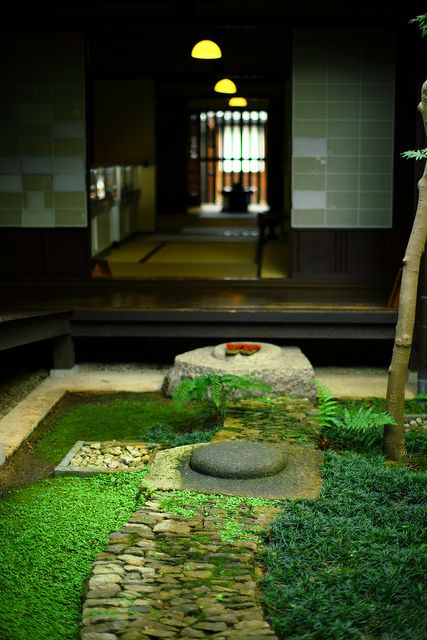 thenujabeslover:  奈良町・格子の家の中庭 by kisyu on Flickr.