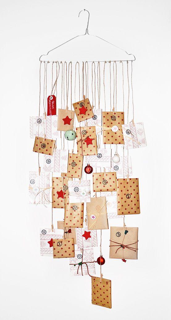 Adventkalender mit Packpapieren in Braun und Weiß auf Draht-Kleiderbügel