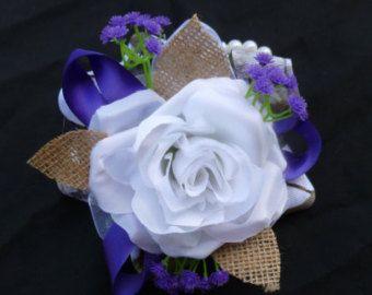 Púrpura blanco pulsera ramillete, personalizable, de seda de flores ramillete, país, rústico, camo acento, bebé de aliento, corsage de baile, arpillera