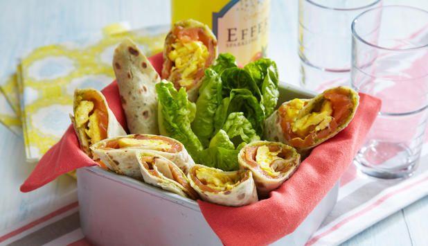 Potetlefser med røykt laks, eggerøre og pesto gjør seg godt til lunsj, og passer fint i matpakken. Server gjerne med litt grønnsaker ved siden av.