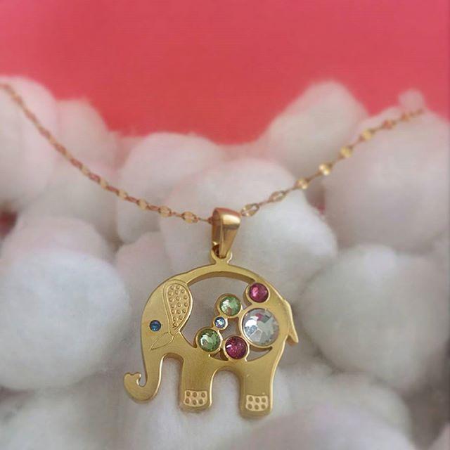 Collar Elefante, este representa buena suerte, fortaleza, larga vida y ayudan a alejar las envidias, dije y cadena en Acero Inoxidable color dorado. No te quede sin el tuyo, mas info y pedidos al WhatsApp 3022736221. #collar #accesorio #elefante #tiendadeaccesorios #leescargot #accesoriosparamujer #suerte #aceroinoxidable #accesoriosbogotacolombia #dorado #ventadeaccesorios #elefantes #accesoriosbogota #like #follow #accesorioscolombia #accesoriosdemoda #collares #jewlery #necklace