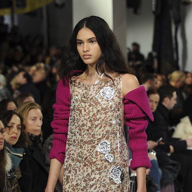 La tendencia de la colección @calvinklein #NYFW es la ropa plastificada. Es vistoso, brillante... y antimanchas. 😋  #nyfw17 #CK#fashion