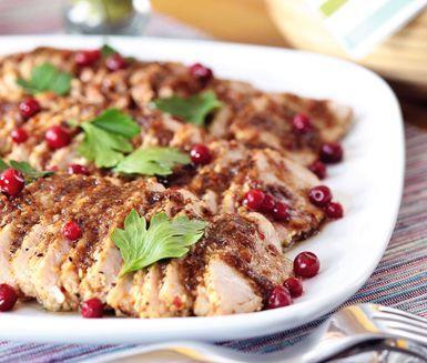 Ett festligt recept på kryddmarinerad fläskytterfilé. Marinera det ugnsstekta köttet i bland annat olja, soja, balsamvinäger, vitlök och ingefära. Garnera det saftiga och smakrika köttet med persilja och lingon innan servering.