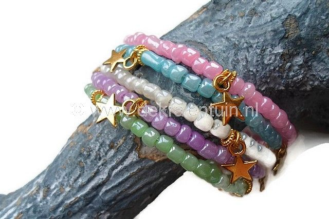Zomerse armband in pasteltinten. Deze armband is gemaakt van rocailles en metalen gouden hangertjes in de vorm van een ster. De armband is geregen op memorywire.