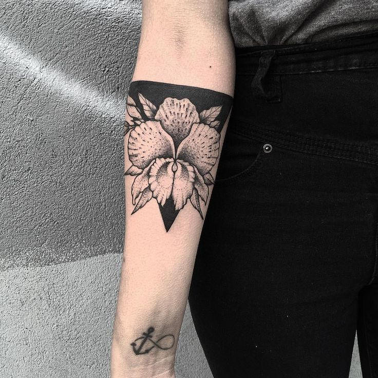 Orchid cover-up for Dani today ✝ thanks again! #tattoo #blackwork #blacktattoo…