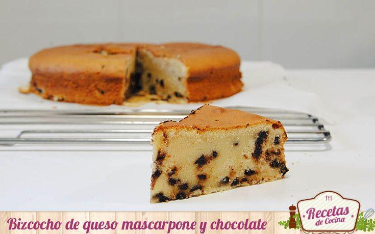 Bizcocho de queso mascarpone y chocolate - Son muchas las recetas que descubrimos por la necesidad o el deseo de aprovechar esos ingredientes que tenemos en la nevera y están a punto de caducar. Así di con este bizcocho de mascarpone; por la necesidad de acabar una tarrina de queso mascarpone y el deseo de preparar un bizcocho para d... - http://www.lasrecetascocina.com/bizcocho-de-queso-mascarpone-y-chocolate/