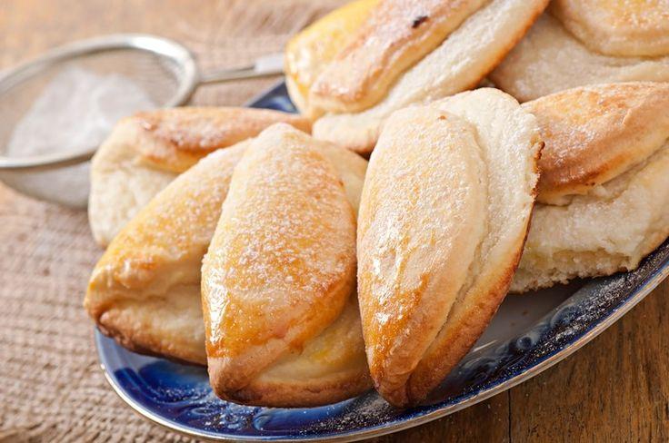 Предлагаем вам порадовать своих деток и приготовить домашние сочники с творожной начинкой. Сочные, румяные, вкусные и ароматные пирожки приведут в восторг любого ребенка и взрослого, гарантируем - ваши сочники расхватают в один момент!