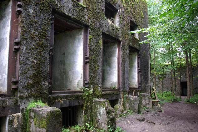 Durante la Segunda Guerra Mundial, el sitio fue utilizado como cuartel general del ejército alemán, próximo a la infame Wolfsschanze, la «Guarida del Lobo» de Hitler. Artículo publicado en MysteryPlanet.com.ar: El tesoro nazi más grande de la historia podría yacer en un búnker subterráneo en Polonia  ||  http://misterioalaorden.net/el-tesoro-nazi-podria-yacer-en-un-bunker-subterraneo-en-polonia/