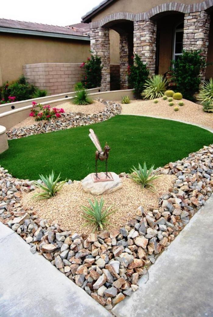 Un jardin con una decoración muy original donde las piedras dan un toque muy especial y el césped artificial resalta. #cespedartificial