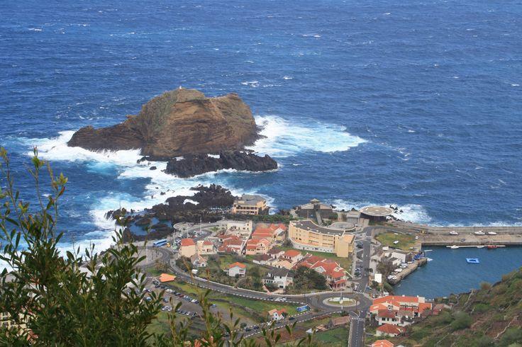 Imagen tomada a vista de Pájaro del litoral de Madeira. www.visitmadeira.pt