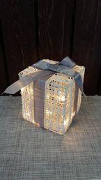 Koristevalo, LED-lahjapaketti rusetilla; Crystal Decors
