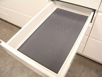 Glidskyddsmatta – Antracitgrå gummerad matta som läggs i botten på lådan.