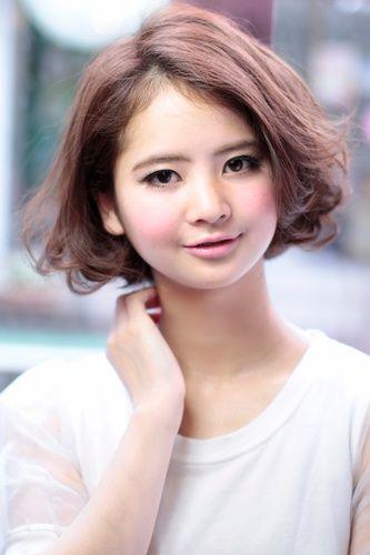 首の付けのレングスの前髪が長めのシングルボブ。 毛先にワンカールのコスメパーマをかけ、柔らかな印象に。 カラーは10レベルのピンクベージュを。 これからの季節すっきりなヘアデザイン、オススメです。 ご相談はおおしままで〜(^_^)