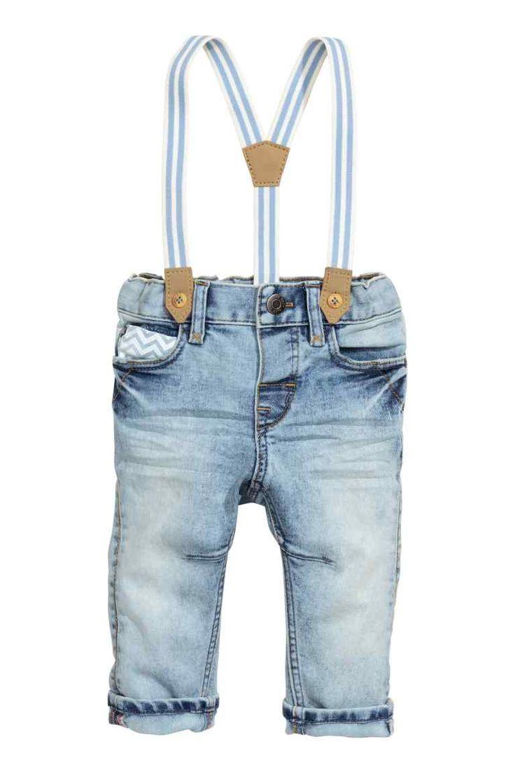 Jeans con tirantes: Vaqueros de cinco bolsillos en denim lavado con detalles…