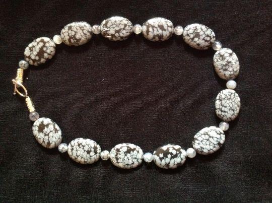 Halskæde i halvædelsten. Længde 50 cm. Store flade obsidian perler 30 x 22 mm og mellemperler af agater.