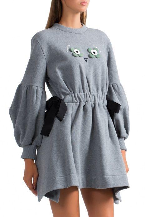 """Монохромное мини-платье с флористической аппликацией и заклепками. """"А-силуэт"""", круглый вырез горловины, отрезная линия талии на завязках по бокам из лент гросгрейн, объемный рукав, эластичные манжеты, асимметричный низ изделия."""