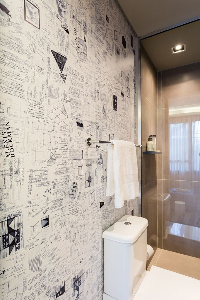 O banheiro que atende o quarto de hóspedes é revestido com porcelanato e tem uma das paredes decorada com papel de parede estampado com anotações e croquis, desenvolvido pelo escritório Suite Arquitetos, que também assina o projeto de interiores do apê Alvorada. As louças e metais são Deca