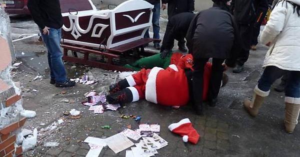 Funny drunk Santa crashes his sleigh in Poland. http://ift.tt/2gnklMd