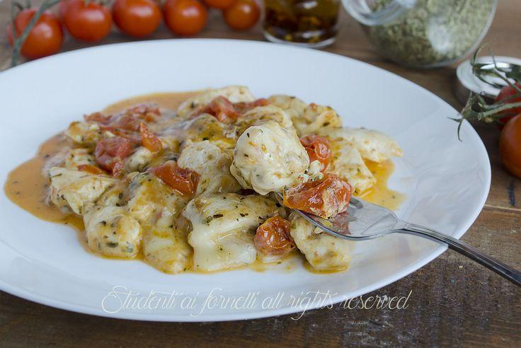 blog.giallozafferano.it studentiaifornelli wp-content uploads 2015 06 pollo-con-pomodorini-e-scamorza-alla-pizzaiola-cotto-in-padella-ricetta-secondo-veloce.jpg