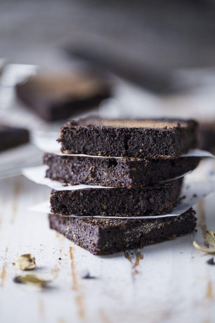 Uno dei dolci vegani più favolosi in assoluto: per la colazione di domani dovete assolutamente preparare questi brownies vegani al caffé e cardamomo!