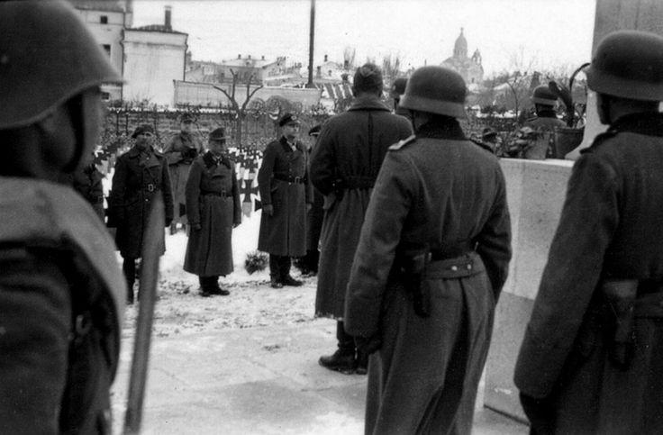 Румынский генерал Л. Мочулши и немецкие офицеры на кладбище у госпиталя в оккупированной Феодосии