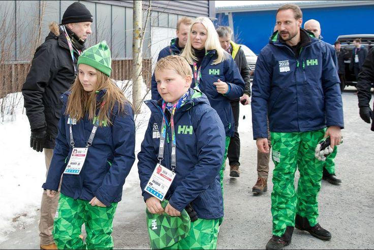 La princesse Mette-Marit et le prince Haakon de Norvège avec Ingrid Alexandra et Sverre Magnus aux JOJ à Lillehammer, le 12 février 2016