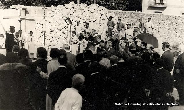 Reconstrucción de la Iglesia de los Trinitarios tras el incendio.  Bendición de la primera piedra el 15 de octubre de 1926 (Colección Trinitarios de Algorta) (ref. 01633)